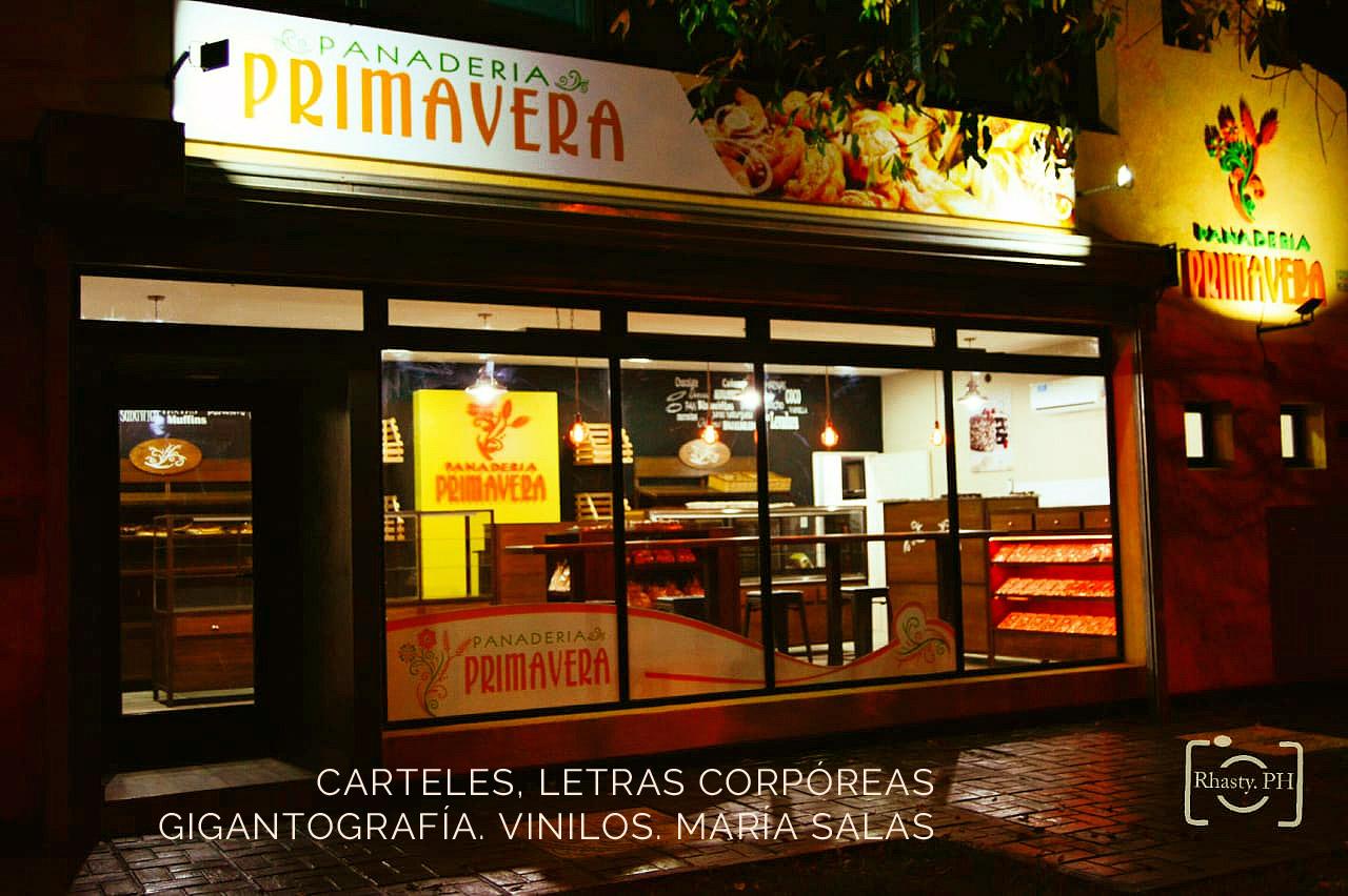 Diseño de mobiliario, letras corpóreas, vinilos decorativos para la panadería Primavera por María Salas, Diseño e interiores